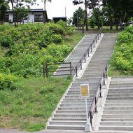 駐車場からチノミシリルイカ橋への階段 急傾斜ですので、手摺につかまり、ゆっくりと上り下りしてください。