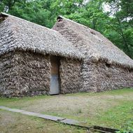 チセ(伝統的なアイヌ住居) アイヌの人たちの住居「チセ」3棟を復元展示しています。(旭川市博物館)
