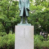 岩村通俊之像 明治18年に上川盆地を近文山から国見し、上川の可能性を見いだした人物です。その後,初代北海道庁官を努めるなど、数々の業績が讃えられています。