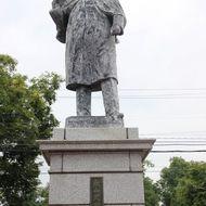 永山武四郎之像 明治5年北海道開拓使に出仕して、北海道の開拓、屯田兵制度の整備及び産業の発展につとめ、現在の旭川の礎を築いた人物といっても過言ではありません