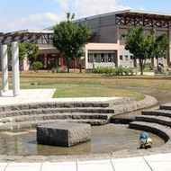 遊水池と体育館