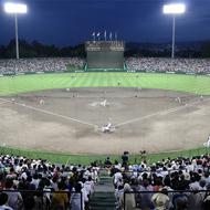 スタルヒン球場 2013年6月、北海道で初めてのプロ野球屋外ナイター試合開催(写真:2013年8月13日 北海道日本ハムファイターズ-オリックス・バファローズ)